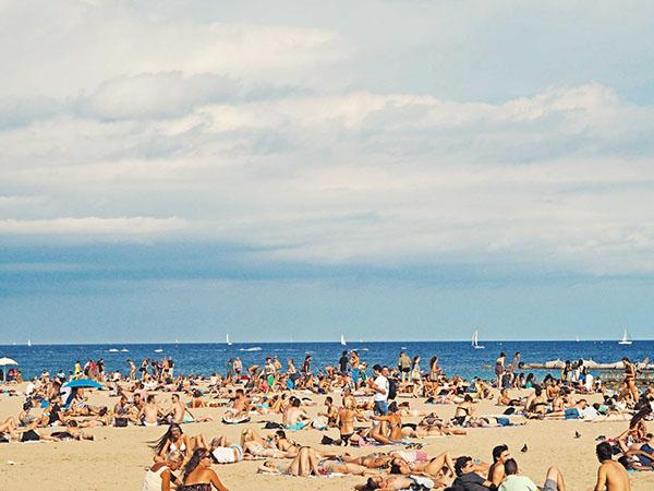 oameni la plaja